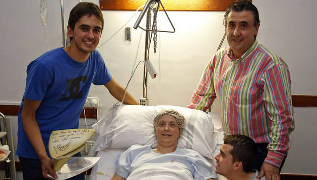 Foto de la familia Azcona-Troyas, de Falces, en una  habitación de la segunda planta del  Hospital Virgen del Camino.