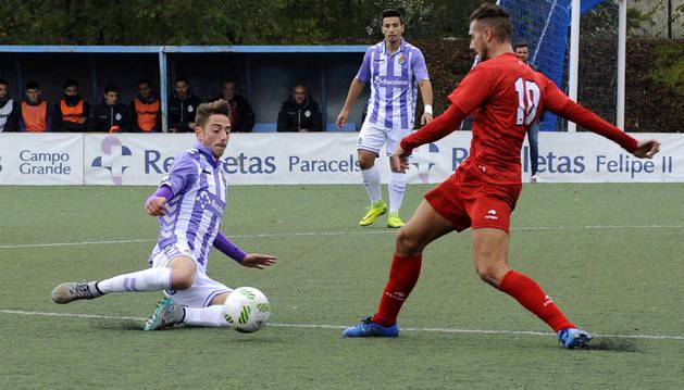 Yoel Sola, jugador del Izarra, disputa un balón con un rival del Real del Valladolid B en el partido que se disputó ayer.