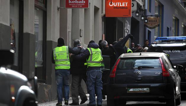Redada de la Guardia Civil en un kebab y locutorio de la calle Príncipe de Viana en Tudela.