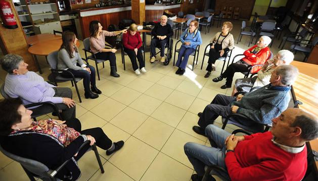 Los usuarios de la jubiloteca de Olite llevando a cabo una de las actividades por la mañana.