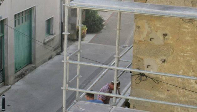 Dos operarios trabajan en las labores preliminares de apertura de un velatorio en Alsasua.