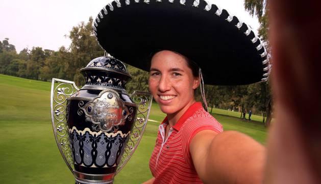 Carlota Ciganda celebra el torneo conseguido el pasado domingo.