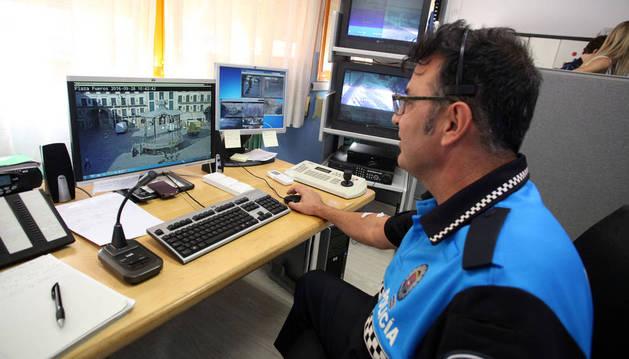 Un agente de policía municipal de Tudela en su nueva sede.