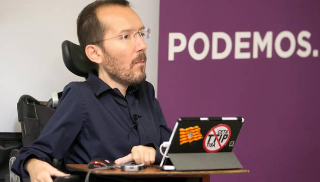 Foto del secretario de Organización de Podemos, Pablo Echenique, presentando la ruta #Atarseloscordones.