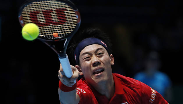 Nishikori durante un servicio del partido del ATP World Finals ante Wawrinka