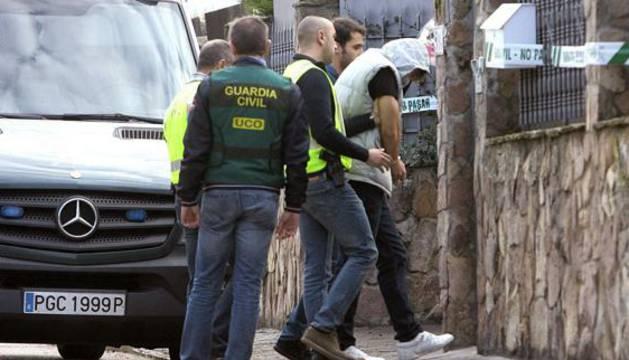 Patrick Nogueira, el asesino confeso del cuádruple crimen de Pioz, escoltado por la Guardia Civil.