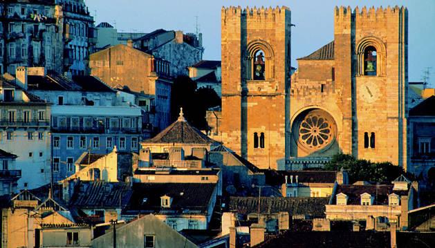 La Catedral de Lisboa, rodeada de edificios antiguos.