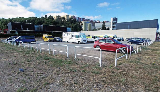 El área de autocaravanas se instalará en este aparcamiento de Trinitarios, junto al parque de Bomberos, que aparece a la derecha de la imagen.