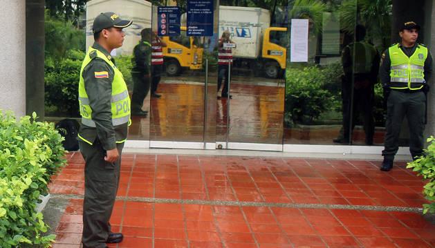 Imagen de policías custodian la sede principal de atención al público de Electricaribe en Barranquilla (Colombia).