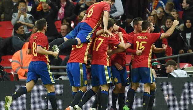 Los jugadores de la selección celebran uno de los goles logrados en los últimos instantes