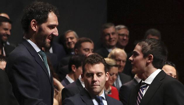 El presidente de la Federación Española de Baloncesto, Jorge Garbajosa (i), entrega hoy la medalla de bronce de la Real Orden del Mérito Deportivo al atleta Bruno Hortelano
