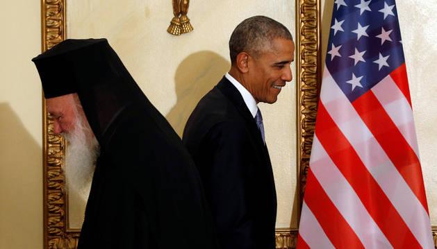 Imagen del presidente estadounidense, Barack Obama, se acerca al arzobispo greco-ortodoxo Ieronymos cuando llega para una cena estatal celebrada en su honor en la mansión presidencial en Atenas, Grecia.