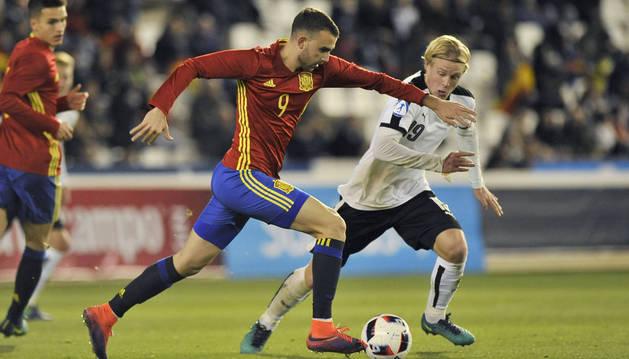 Borja Mayoral y Schlager luchan por el balón