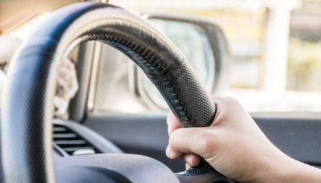 Imagen de un conductor al volante.