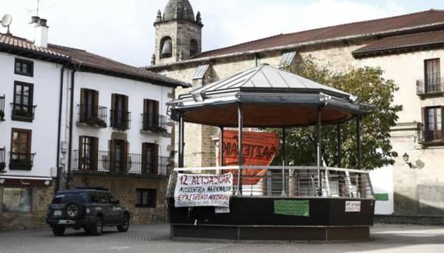 Un vehículo de la Guardia Civil pasa junto al kiosko de la Plaza de Alsasua.