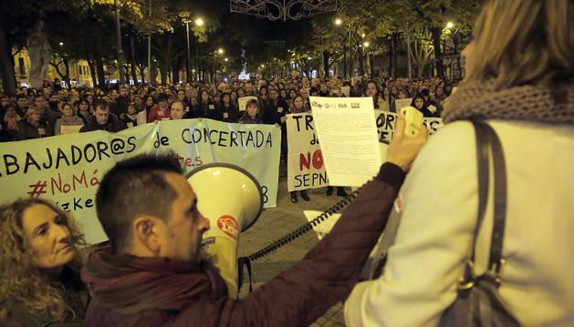 Foto de Alejandro Gastaminza (UGT), sujeta el megáfono mientras Pilar López Valderrama (Sepna-FSIE) lee el comunicado ante los cientos de docentes.