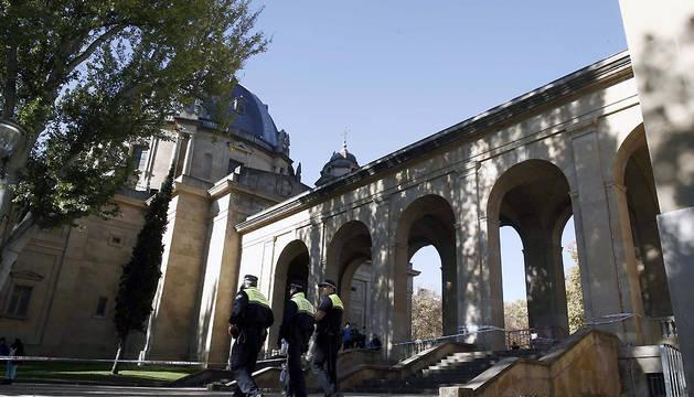 Efectivos de la Policía Municipal, en el Monumento a los Caídos de Pamplona, donde ha comenzado la exhumación de los restos de la cripta.