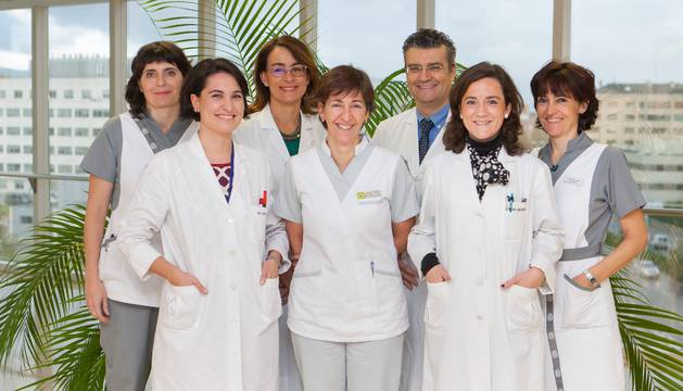 De izda. a dcha. la enfermera Carolina Machiñena, las doctoras María Vallejo, Azucena Díez, la auxiliar Maite Lasheras, el Dr. César Soutullo, la Dra. Pilar de Castro y la enfermera Arancha Díez.