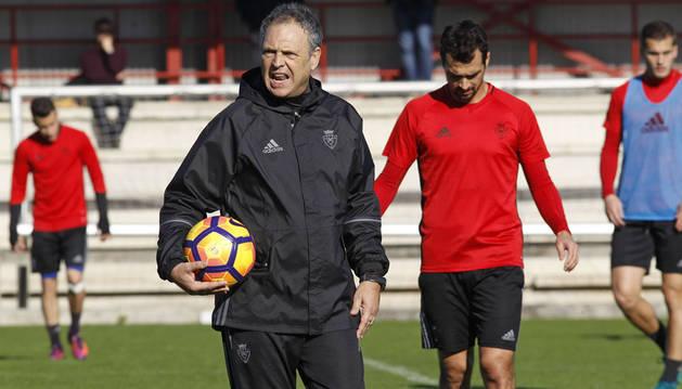 Joaquín Caparros detiene un momento el partido durante el entrenamiento para corregir algunos aspectos del juego a sus futbolistas.