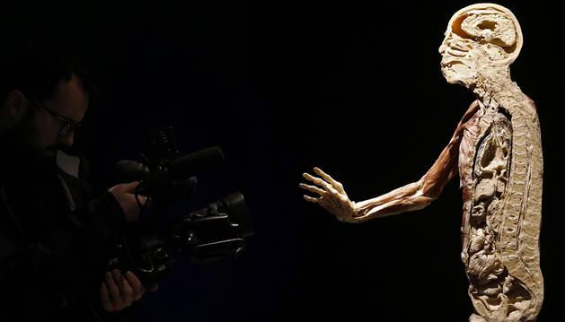 Una cámara de televisión toma imágenes de uno de los cuerpos que forma parte de la exposición internacional 'Human Bodies'.