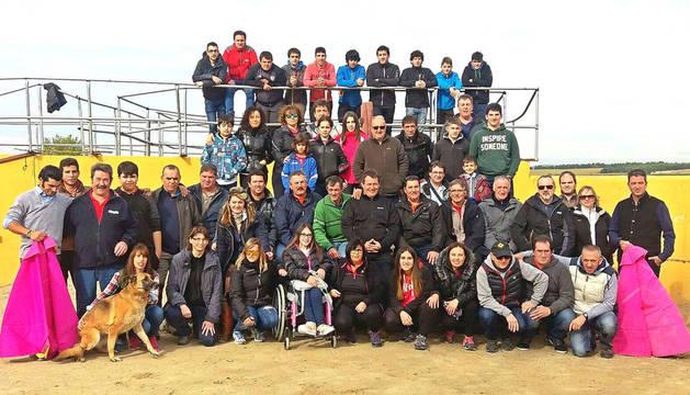 Los asistentes al Día del club taurino de Valtierra, en las instalaciones de la ganadería de Santos Zapatería.