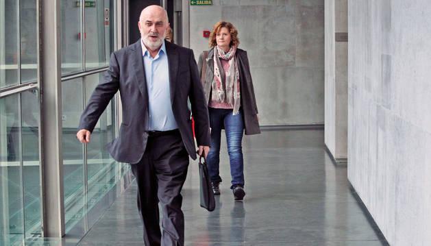 El consejero de Educación, José Luis Mendoza, a su llegada de ayer al Parlamento.