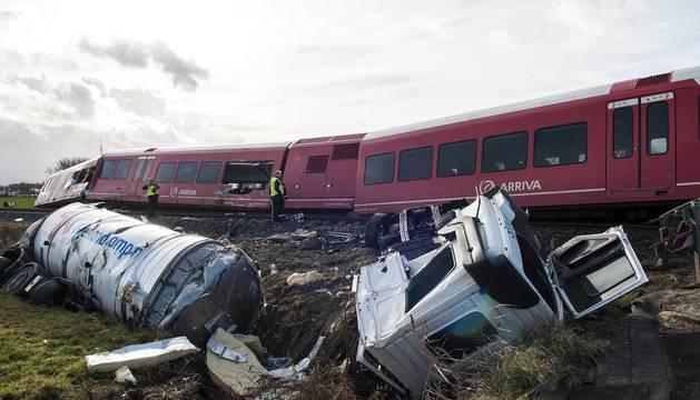 Un tren de pasajeros descarriló al chocar con un camión de lácteos en la localidad de Winsum, en el norte de Holanda.