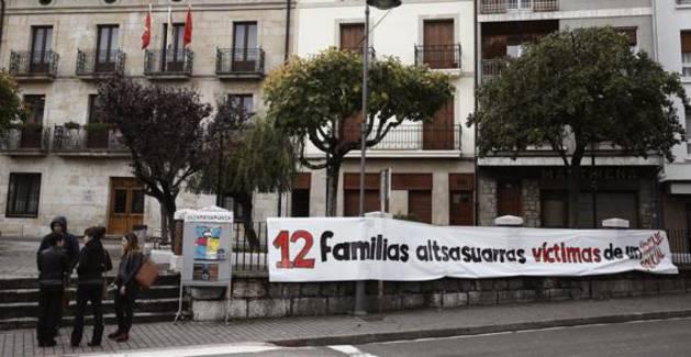 Una pancarta colocada junto al Ayuntamiento de Alsasua.