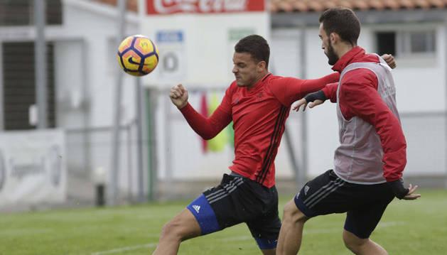 Imagen de Tano esprinta para depejar un balón ante Roberto Torres en el entrenamiento disputado ayer en Tajonar.