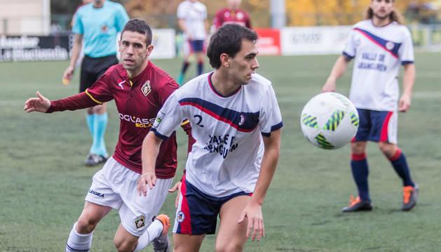 Yasin Iribarren, lateral de la Mutilvera, protege un balón ante la presión de un rival del Caudal durante el partido de ayer en Mutilnova.