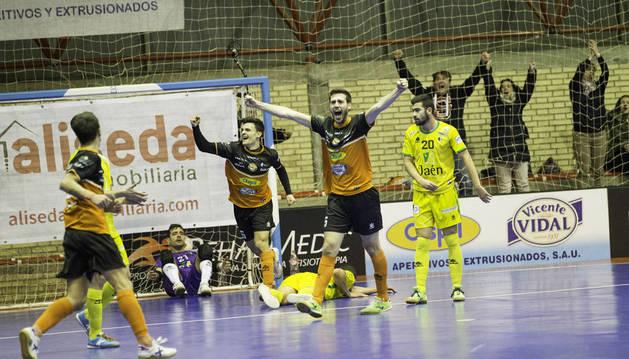 Luisma, con los brazos en alto, celebra su segundo gol, con el que el Aspil remontaba el partido ante el Jaén.