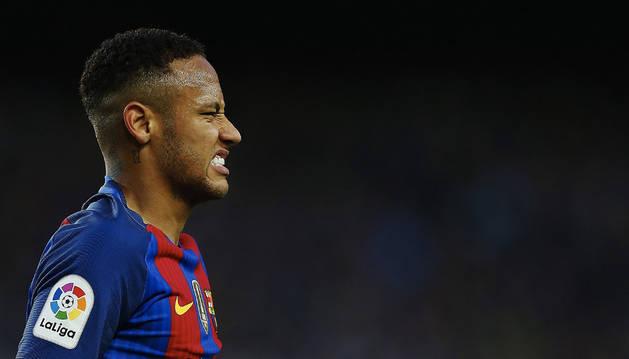 Neymar se lamenta de una ocasión fallada durante el partido ante el Málaga