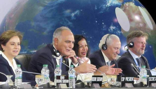El presidente de la Convención de Cambio Climático de la ONU, Salahedín Mezuar (2i), y la secretaria general Patricia Espinosa (i), entre otros, durante la clausura de la cumbre de la ONU por el clima COP22, en Marrakech.