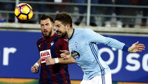 Imagen del defensa del Eibar Antonio Luna (i) disputa un balón con el defensa del Celta Andreu Fontàs (d).
