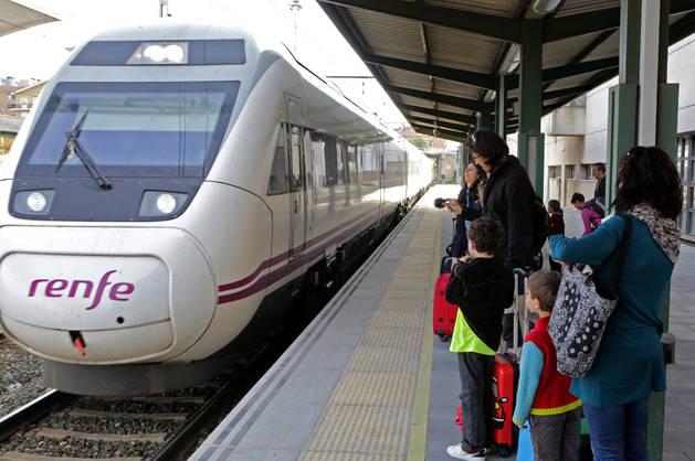 Un Alvia en la estación de tren de Pamplona.