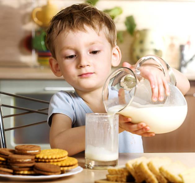 Imagen de un niño con un vaso de leche.