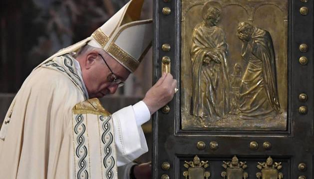 El papa Francisco cerrando la Puerta Santa de la Basílica de San Pedro del Vaticano