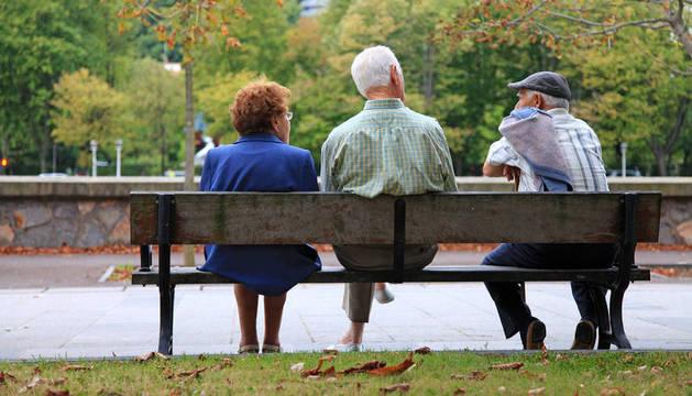 Imagen de unos jubilados en un banco.