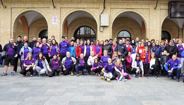 Imagen de los 90 participantes de la primera Marcha Saludable de la villa de Peralta a punto de empezar la caminata.
