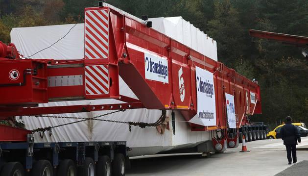 El transporte especial del megacamión continúa aparcado junto al límite con Navarra.