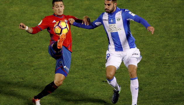 Sergio León trata de alcanzar un balón en presencia de un rival