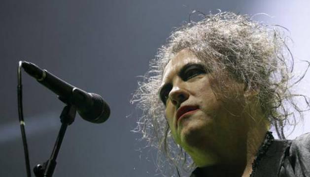 El cantante de The Cure, Robert Smith, durante el concierto del grupo en el Palacio de los Deportes de Madrid.