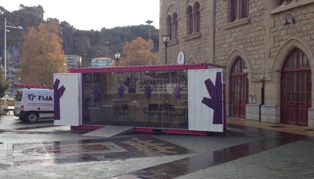 Foto del punto móvil de información sobre violencia de género, en Estella.