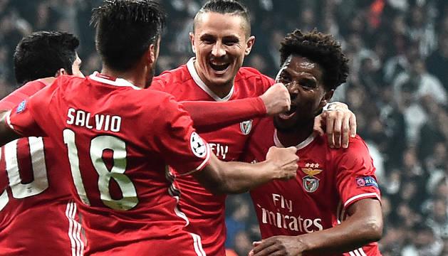 Los jugadores del Benfica celebran el gol de Ljubomir Fejsa.