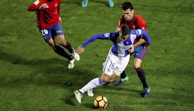 Rober Ibáñez protege el balón ante el asedio de Fuentes