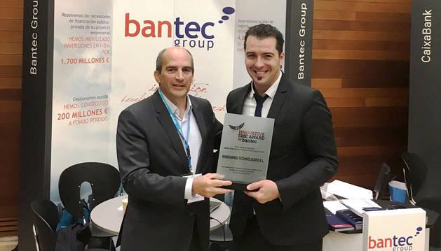 foto de Eneko Sanz, de Nabrawind, recibiendo el Innovative SME Award de la mano del CEO de Bantec, Miguel Isaacs.