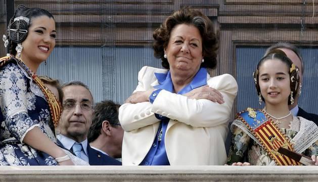 Rita Barberá, en el balcón del Ayuntamiento durante la mascletá.