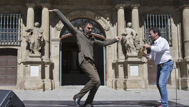 El bailaor Marcos Vargas y el saxofonista Josetxo Goia-Aribe interpretaron el 'Aurresku gitano' en Pamplona el pasado mes de agosto.