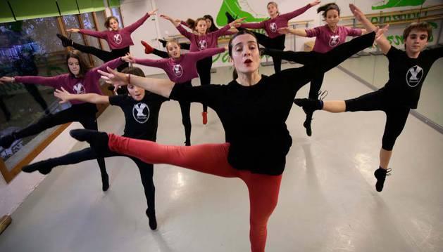 Marta Piñeiro Blanco, directora de 'Dánzalo', dirige a alumnos de danza moderna.