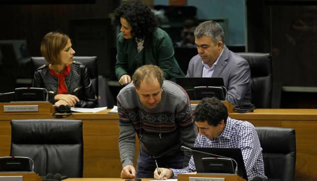 María Chivite, Inma Jurío y Santos Cerdán (PSN) y delante, David Anaut (Bildu) y Rubén Velasco (Podemos).
